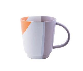 Handgjord, hög mugg av stengods, keramik. Färgerna vit- grå - orange. Fair Trade från Vietnam.