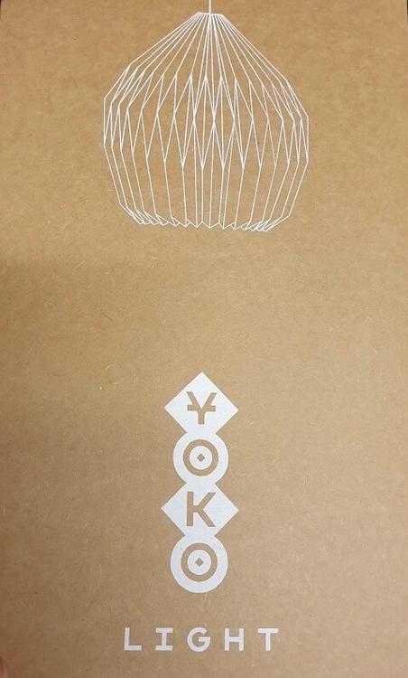 Yoko-lampskärm av kratongpapper, handgjord i origamiteknik i Indien för Fair Trade. Milt och varmt ljus. Förpackning.