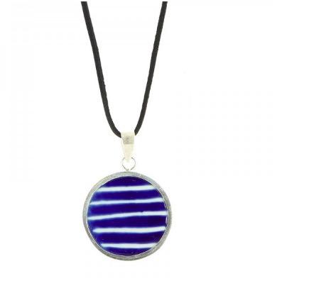 Ett runt halssmycke i blå och vit keramik. Halsband av läderimitation. Fair Trade från Vietnam.