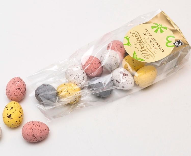 Divine små påskägg mjölkchoklad i krispigt sockerskal i olika färger. Öppen förpackning. Fair Trade.