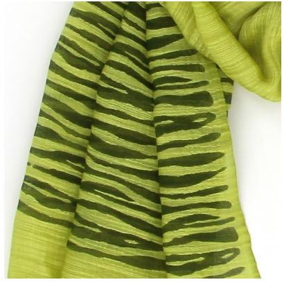 Sjal, scarf i ljusgrön färg med zebra-mönster. Material viskos & siden. Handvävd för Fair Trade. Detaljbild.