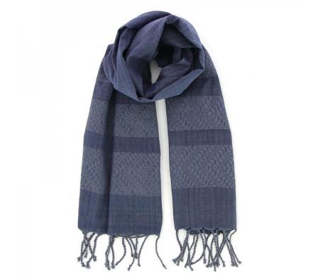 Sjal eller scarf i mörkblå färg med fransar. Handvävd bomull. Passar både dam och herr. Fair Trade från Vietnam.