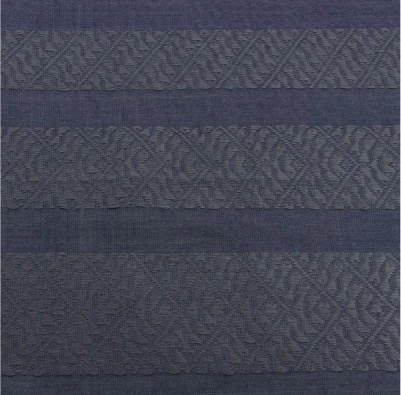 Sjal eller scarf i mörkblå färg med fransar. Handvävd bomull. Fair Trade från Vietnam. Detaljbild på mönstret.