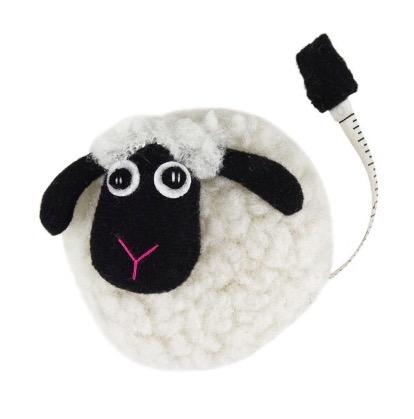 Roligt, virkat måttband i form av ett litet ulligt får. Med upprullningsverk. Måttlängd 150 cm. Handvirkat i Vietnam för Fair Trade.