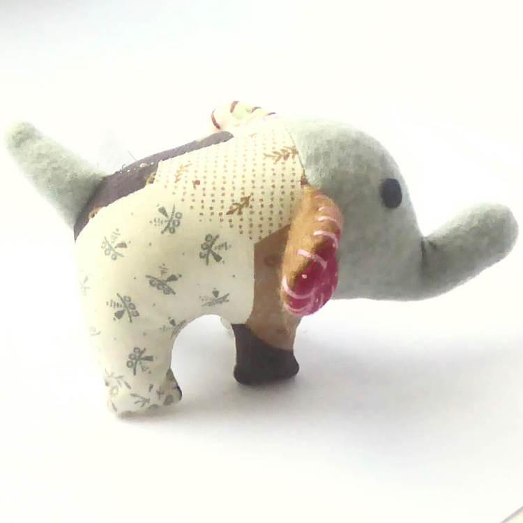 FUNimal mini elefant, maskot, tur-elefant. Present till elefantälskare. Patchwork, 14 cm lång. Bild från sidan. Nook-Nook Thailand.