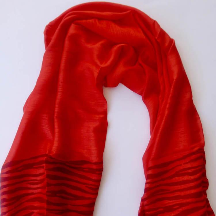 Sjal eller scarf i klarröd färg med zebra-mönster. Material viskos & siden/silke.Handvävd för Fair Trade i Vietnam. Detaljbild.
