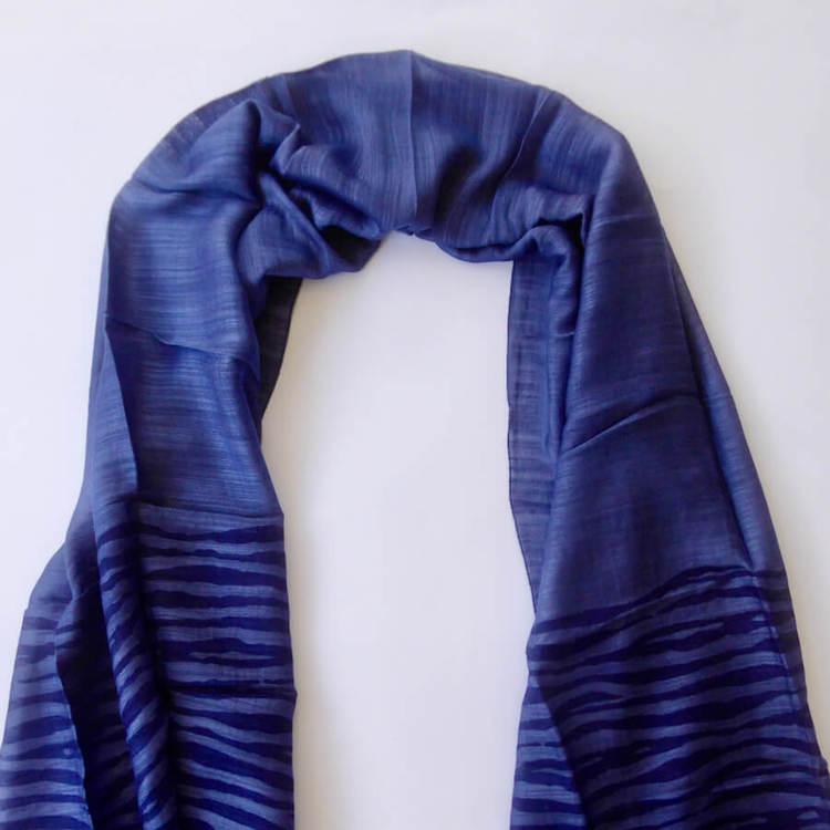 Sjal elelr scarf  i siden och viskos, blå. På änderna tryckt mönster av ränder. Fair Trade Vietnam, handvävd. Detaljbild.