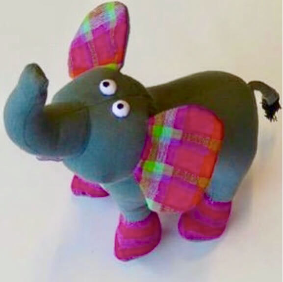 Elefant som gosig leksak i handvävt bomullstyg från Sri Lanka. Fair Trade.