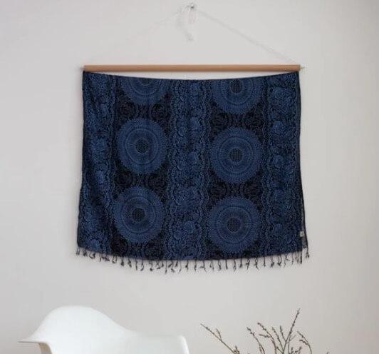 Vacker väggdekoration med Mandala-motiv, mörkblå. Även som strandklänning, sarong, sjal, med härlig sommarkänsla. Fair Trade från Thailand. Paigh.