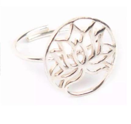 Justerbar, öppen fingerring Lotusblomma, silverfärgad mässing, passande örhänge och armband finns. Fair Trade från Indien.