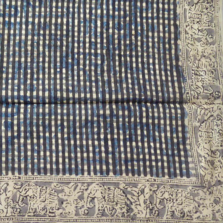 Kalamkari-halsduk 55x55cm, Blocktryckt bomull från Indien. Mycket behagligt att bära. Växt- och mineralfärger. Närbild.