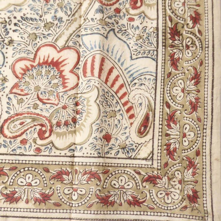Kalamkari-halsduk 55x55cm, blocktryckt bomull från Indien. Mycket behagligt att bära. Växt- och mineralfärger. Fair Trade. Närbild.