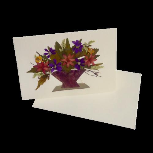 """Litet, dubbelt kort m kuvert, med """"Blomsterbukett"""" av torkade och pressade växter. Handgjord i El Salvador för Fair Trade."""