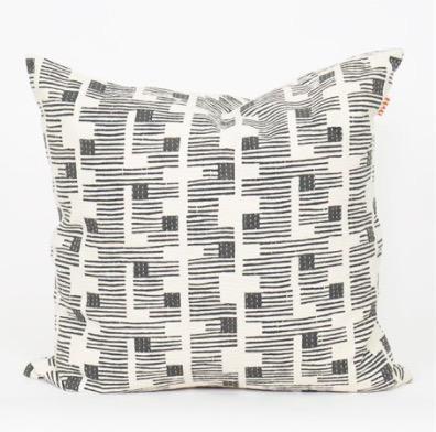 Kuddfodral Quadrat från Afroart, handkviltat. Mörkgrått-vitt mönster tryckt med handsnidat träblock. 50x50cm.