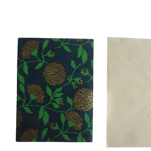 Dubbelt brevkort med mörkgrönt tryck och ljust kuvert. Loktapapper från Nepal. Fair Trade.