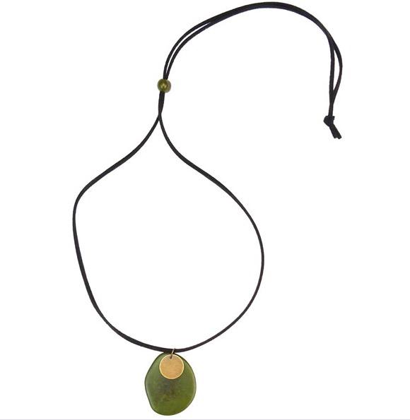 Halssmycke i 2 delar, taguanöt och metall. Halsband av velour, längden kan varieras. Fair Trade från Kolumbia.