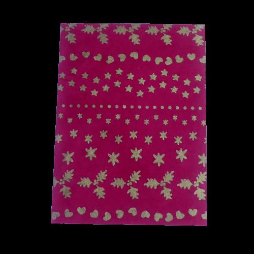 Brevkort med julmotiv, små gyllene stjärnor, hjärtan och ekblad på röd grund. Vikt blad inuti. Med kuvert.