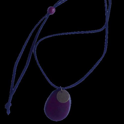 Halssmycke i två delar, taguanöt och metallskiva. Med velourhalsband, max längd 60 cm, varieras med liten taguakula. Fair Trade.