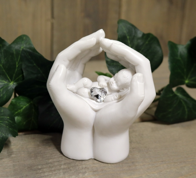 Baby i kupade händer